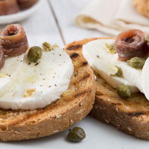 http://localhost/vallelata_old/wp-content/uploads/2014/11/003_Crostoni-di-pane-integrale-con-Mozzarella-fresca-acciuga-e-capperi.-Ricetta.jpg